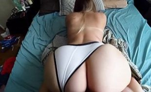 Sexy hot loira de quatro metendo