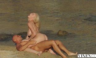 Redtuby sexo na praia com loira ninfeta