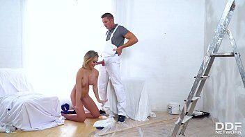 Gostosa loira em sexo boquete com o pinto pintudo