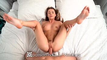 Video sexo online - Moreninha depois do banho em sexo prazeroso com seu amigo